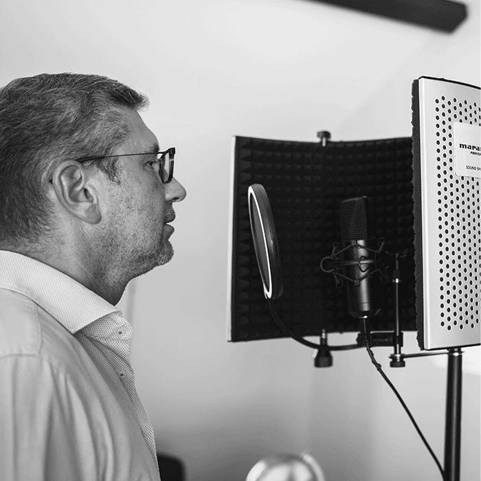 photo d'un enregistrement de voix off pour les tutoriels vidéo d'Akssys Partners réalisé par Laurent Agier, agence de communication à Toulon