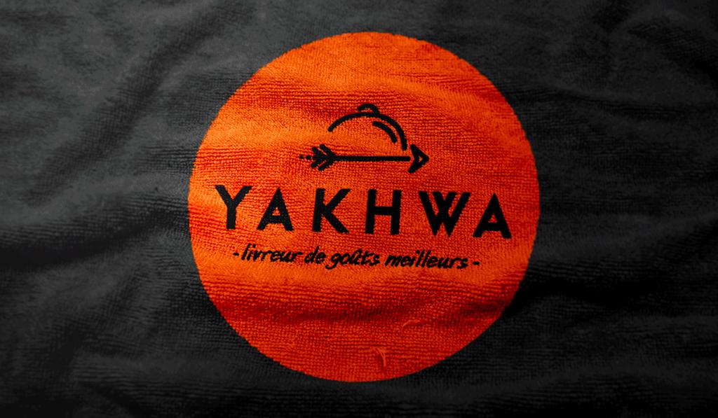 visuel d'entête de l'impression du logo Yakhwa sur des serviettes de table, réalisée par Laurent Agier, agence de communication sur Toulon
